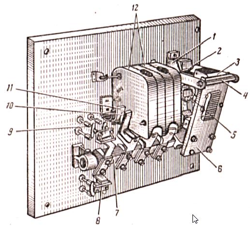 Контактор переменного тока типа КТ, трехполюсный, с дугогашением.
