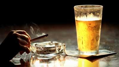 употребление алкогольных напитков и курение