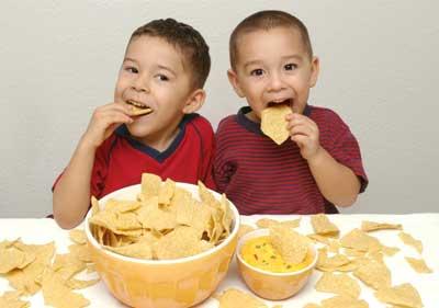 дети едят чипсы