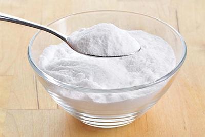 сода в миске и на ложке