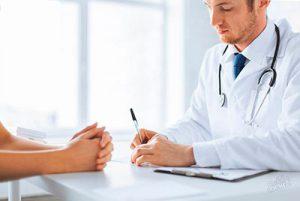 врач прописывает лечение пациенту