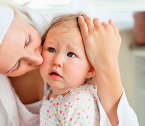 мать успокаивает ребенка