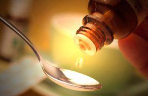 вазелиновое масло капает в ложку