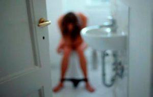 девушка в туалетной комнате