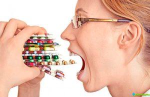 девушка со стопкой медикаментов