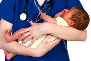 грудничок на руках у доктора