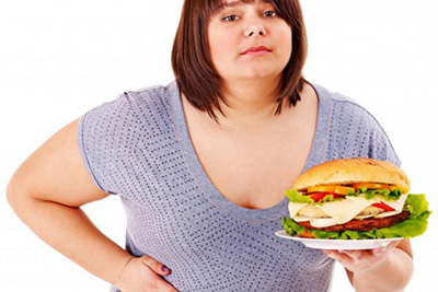 женщина и гамбургер