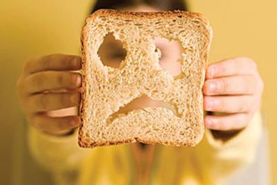 ребенок держит кусочек хлеба