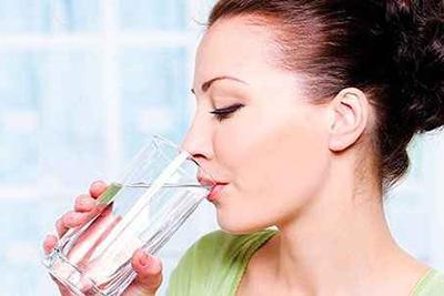 пить воду из стакана