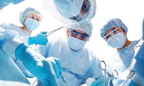 Полное удаление щитовидной железы (тиреоидэктомия) осуществляется из-за развития большой аденомы
