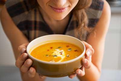 женщина ест суп