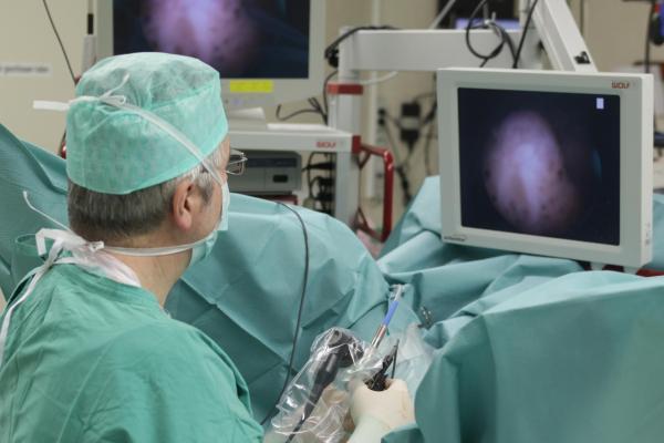 женщине делают цистоскопию