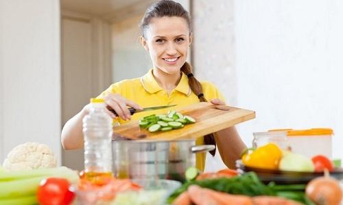 При цистите врачи рекомендуют пациентам диету, направленную на снижение болезненных симптомов