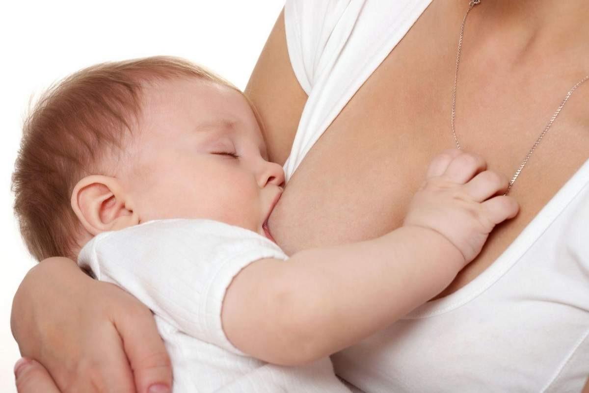 женщина кормить малыша грудью