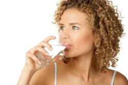 Обильное питье при приступах кашля