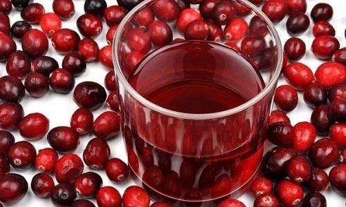Антибактериальным эффектом обладает клюквенный сок. Он помогает вывести из организма патологические микроорганизмы