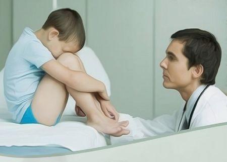 врач успокаивает мальчика