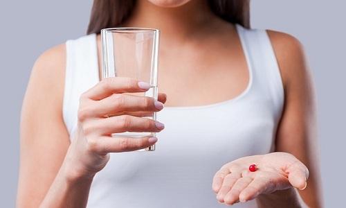 Если у пациента повышается температура, ему назначают жаропонижающие средства на основе парацетамола или ибупрофена