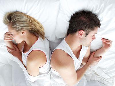 мужчина и женщина спиной друг к другу
