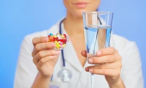 Так как антибиотики негативно сказывается на состоянии пищеварительной системы, ребенку также назначают пробиотики
