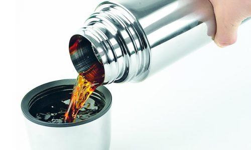 Для приготовления чая 50 г сухих плодов, 20 г листьев и лепестков шиповника кладут в термос и заливают 2 л кипятка