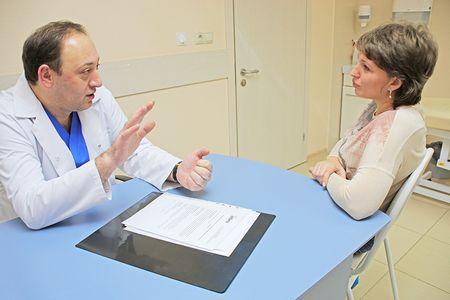 врач уролог консультирует пациента
