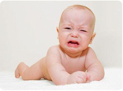 плачущий новорожденный мальчик