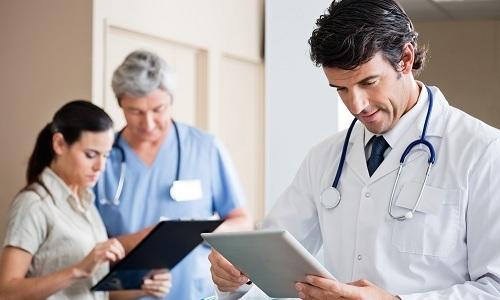 Если учащенные позывы в туалет вызваны присоединением венерического заболевания, одновременно с урологом лечением пациентки занимает венеролог