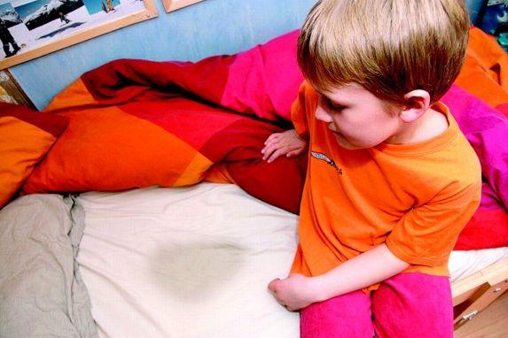 сидящий на постели мальчик